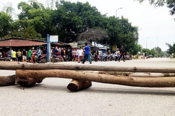 Quảng Ngãi: Người dân dựng barie chặn quốc lộ phản đối xe tải chạy ẩu ảnh 1