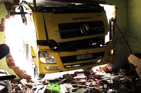 Xe tải mất lái tông thẳng vào nhà, 3 người thoát nạn trong gang tấc ảnh 1