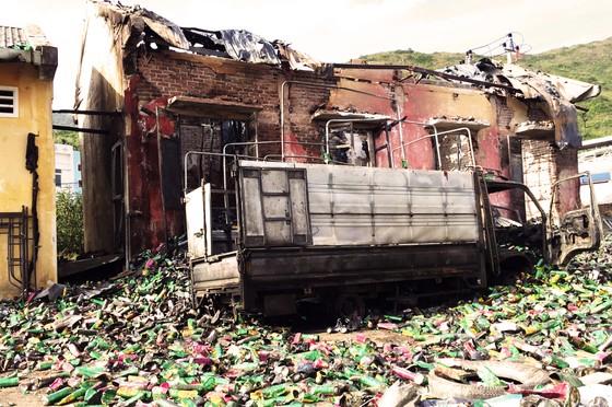 Kho chứa 4.000 thùng thuốc xịt kiến, gián, muỗi... bốc cháy, nổ như đạn pháo  ảnh 1