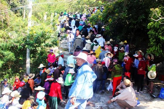 Dòng người đổ về chiêm ngưỡng tượng Phật ngồi cao nhất Đông Nam Á ảnh 2
