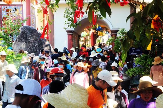 Dòng người đổ về chiêm ngưỡng tượng Phật ngồi cao nhất Đông Nam Á ảnh 10