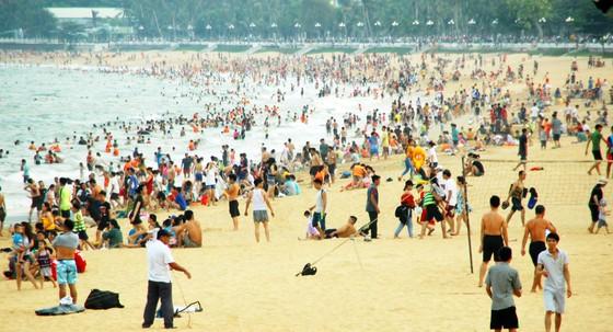 """Hàng vạn người ùn ùn đổ đến khiến bãi tắm Quy Nhơn """"ngột thở"""" ảnh 10"""