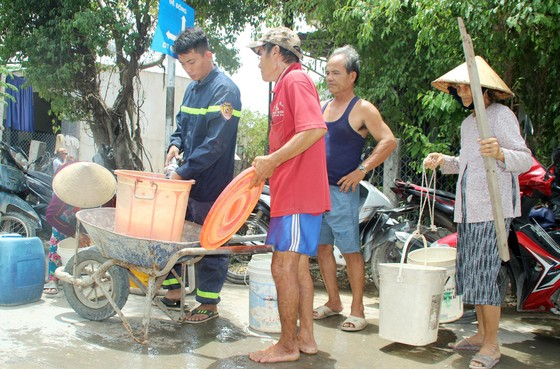 Cảnh sát chữa cháy tham gia cứu hạn cho hàng ngàn hộ dân ảnh 3