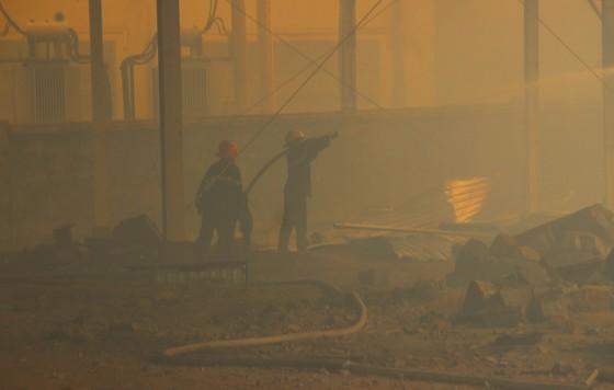 """Cận cảnh """"cuộc chiến"""" 5 giờ với lửa lớn ở KCN Phú Tài ảnh 12"""