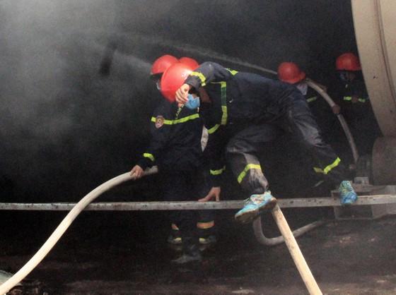 """Cận cảnh """"cuộc chiến"""" 5 giờ với lửa lớn ở KCN Phú Tài ảnh 9"""