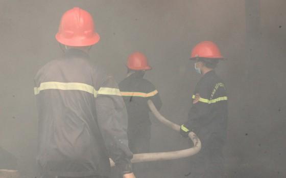 """Cận cảnh """"cuộc chiến"""" 5 giờ với lửa lớn ở KCN Phú Tài ảnh 11"""