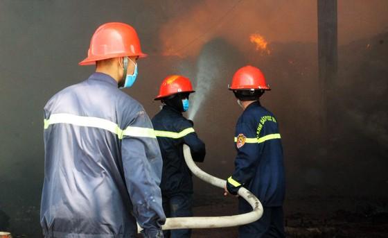 """Cận cảnh """"cuộc chiến"""" 5 giờ với lửa lớn ở KCN Phú Tài ảnh 4"""