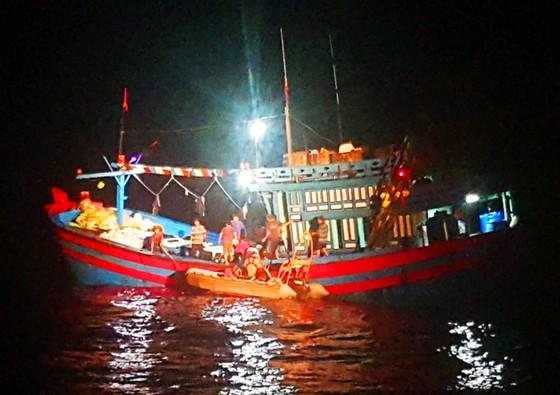 Xuyên đêm cứu ngư dân bị đứt gân chân ở vùng biển Hoàng Sa ảnh 1