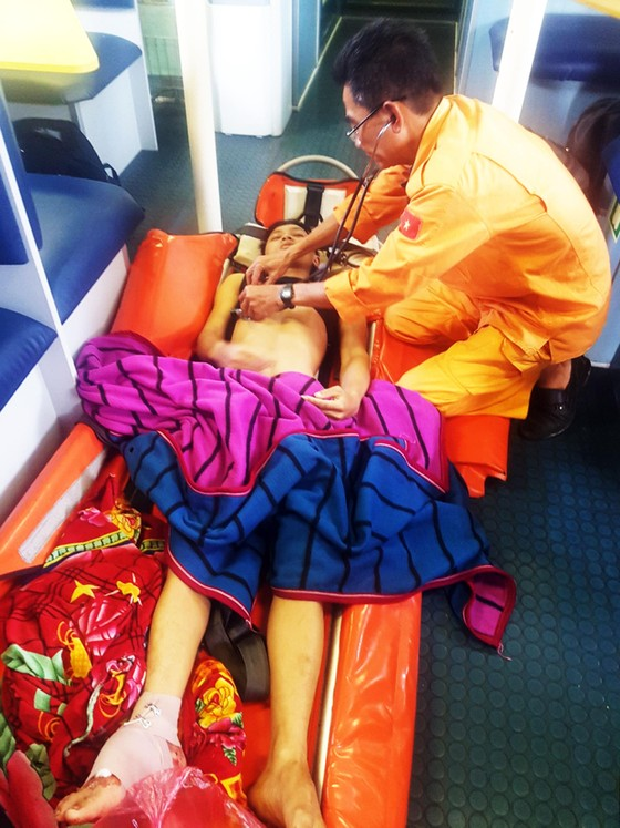 Xuyên đêm cứu ngư dân bị đứt gân chân ở vùng biển Hoàng Sa ảnh 3
