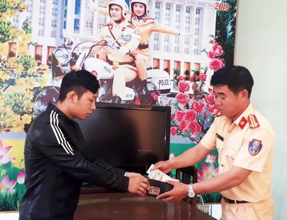 Cảnh sát giao thông trả lại tài sản đánh rơi cho người tham gia giao thông ảnh 1