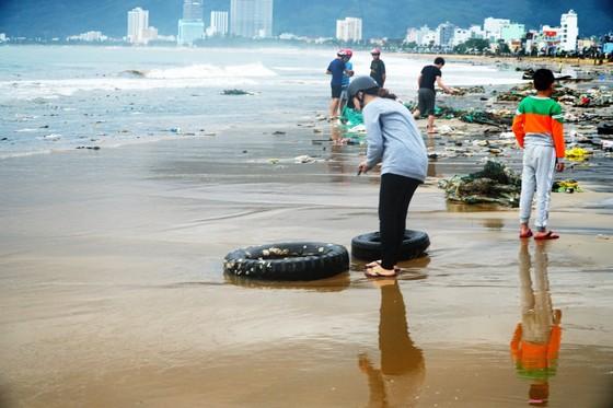 Phố biển Quy Nhơn tan hoang sau bão Matmo ảnh 5