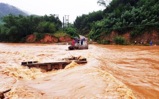 Lũ đánh sập cầu, dân dùng cây cau làm cầu đi tạm ảnh 2