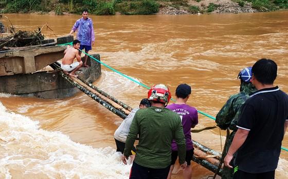 Lũ đánh sập cầu, dân dùng cây cau làm cầu đi tạm ảnh 1