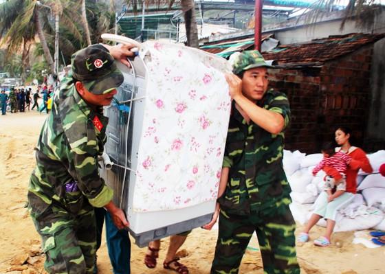 Bình Định: Trên 3.700 cán bộ, chiến sĩ giúp dân chống bão ảnh 1