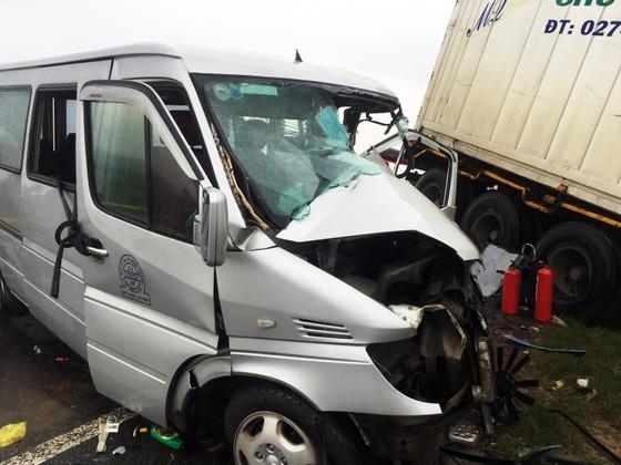Tai nạn giữa xe container và xe khách: Thêm 1 nhà sư tử vong ảnh 2
