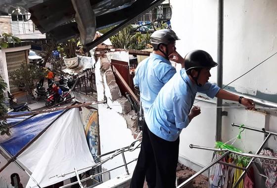 TP Quy Nhơn: Cần khoan dài gần 20m bất ngờ rơi xuống 2 nhà dân ảnh 1