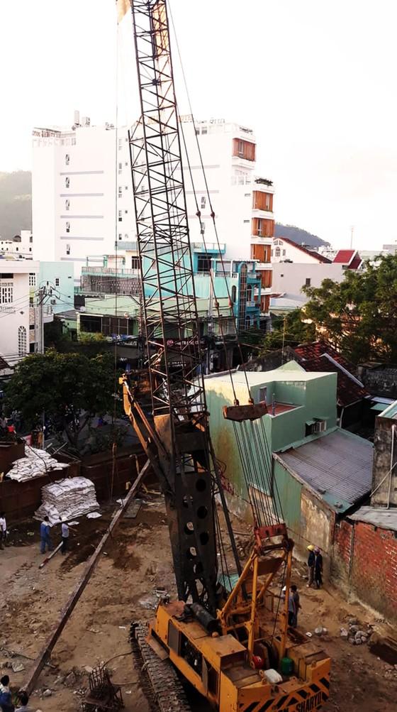 TP Quy Nhơn: Cần khoan dài gần 20m bất ngờ rơi xuống 2 nhà dân ảnh 3