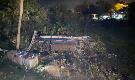 Xe khách chở 46 người bị lật vào đêm mùng 1 Tết ảnh 1