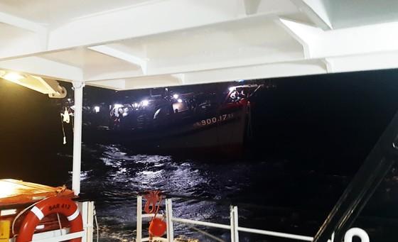 Cận cảnh tàu SAR vượt sóng dữ cứu 40 thuyền viên đang câu mực  ảnh 4