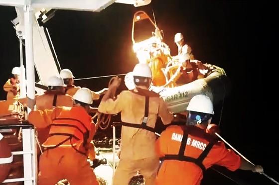 Cận cảnh tàu SAR vượt sóng dữ cứu 40 thuyền viên đang câu mực  ảnh 1