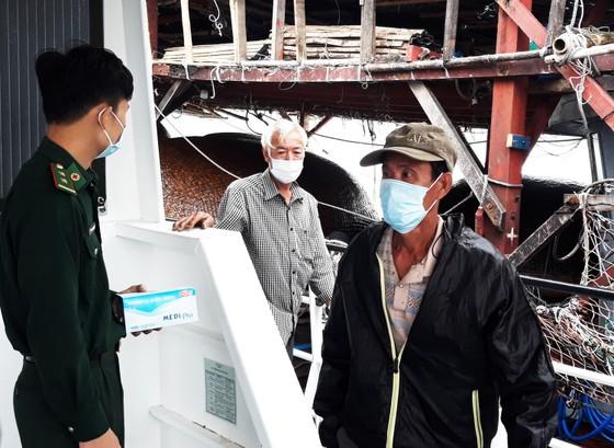 Cận cảnh tàu SAR vượt sóng dữ cứu 40 thuyền viên đang câu mực  ảnh 8