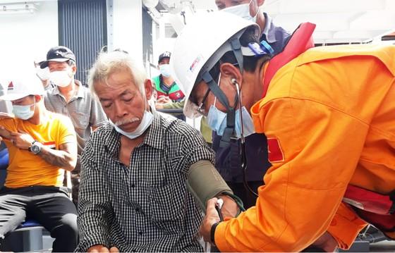 Cận cảnh tàu SAR vượt sóng dữ cứu 40 thuyền viên đang câu mực  ảnh 3