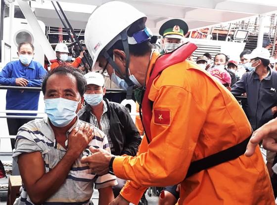 Cận cảnh tàu SAR vượt sóng dữ cứu 40 thuyền viên đang câu mực  ảnh 9