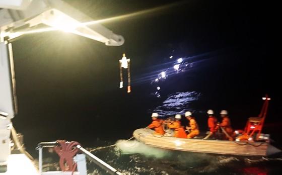 Cận cảnh tàu SAR vượt sóng dữ cứu 40 thuyền viên đang câu mực  ảnh 5