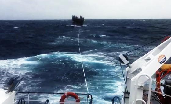 Cận cảnh tàu SAR vượt sóng dữ cứu 40 thuyền viên đang câu mực  ảnh 2