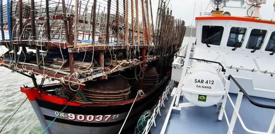 Cận cảnh tàu SAR vượt sóng dữ cứu 40 thuyền viên đang câu mực  ảnh 7