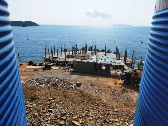 Cận cảnh 2 khu resort vừa bị thổi phạt dọc bờ biển Quy Nhơn ảnh 6