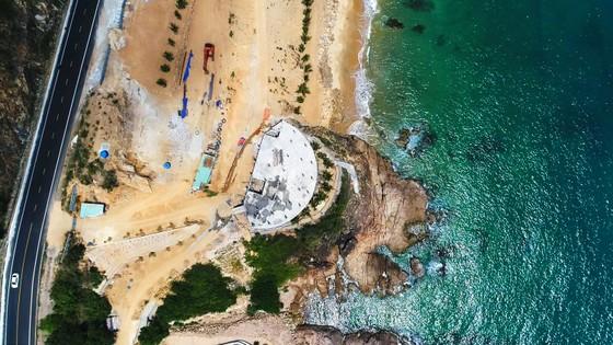 Cận cảnh 2 khu resort vừa bị thổi phạt dọc bờ biển Quy Nhơn ảnh 9
