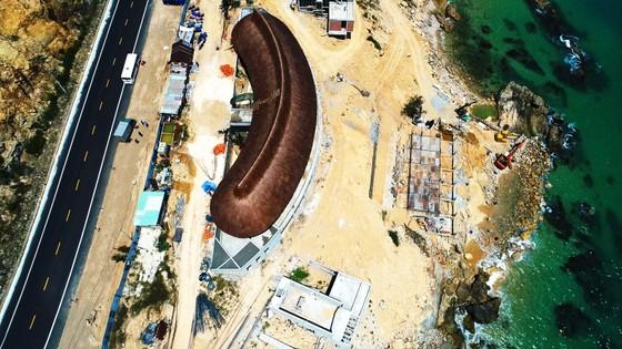 Cận cảnh 2 khu resort vừa bị thổi phạt dọc bờ biển Quy Nhơn ảnh 2