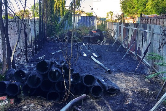 Dập tắt đám cháy ở kho chứa dã chiến ảnh 2