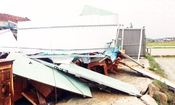 Lốc xoáy cuốn phá hàng chục nhà cửa, 2 người bị điện giật chết ảnh 1