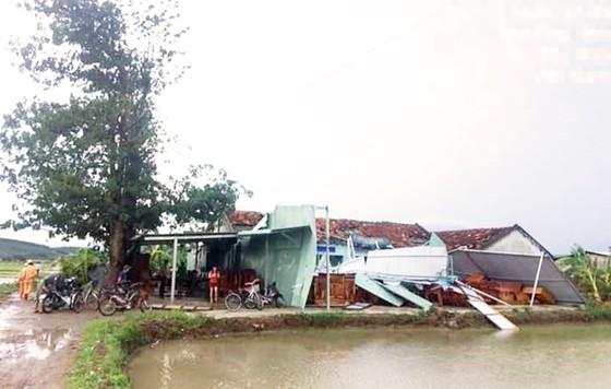 Lốc xoáy cuốn phá hàng chục nhà cửa, 2 người bị điện giật chết ảnh 2