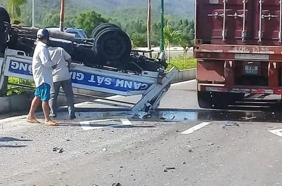 Xe ô tô CSGT bị xe đầu kéo tông văng lên dải phân cách  ảnh 1