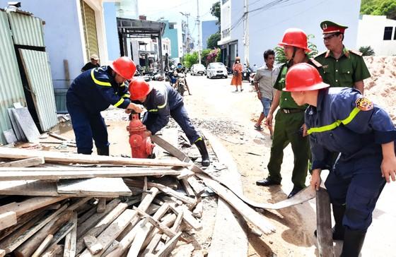 Đám cháy thiêu rụi nhiều tài sản trong căn nhà 2 tầng ở Quy Nhơn ảnh 1