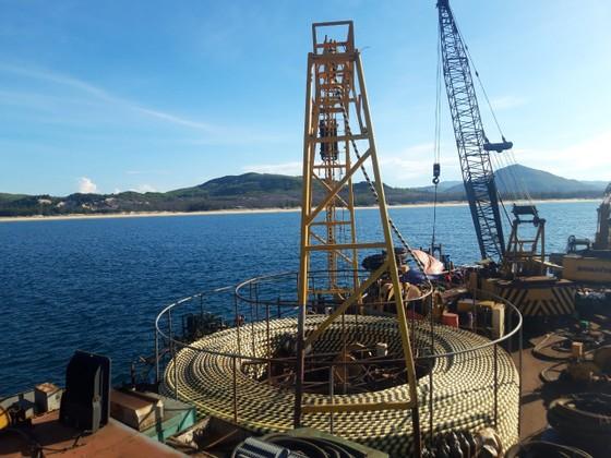 Đóng điện thành công tuyến cáp ngầm xuyên biển ra đảo Nhơn Châu ảnh 1