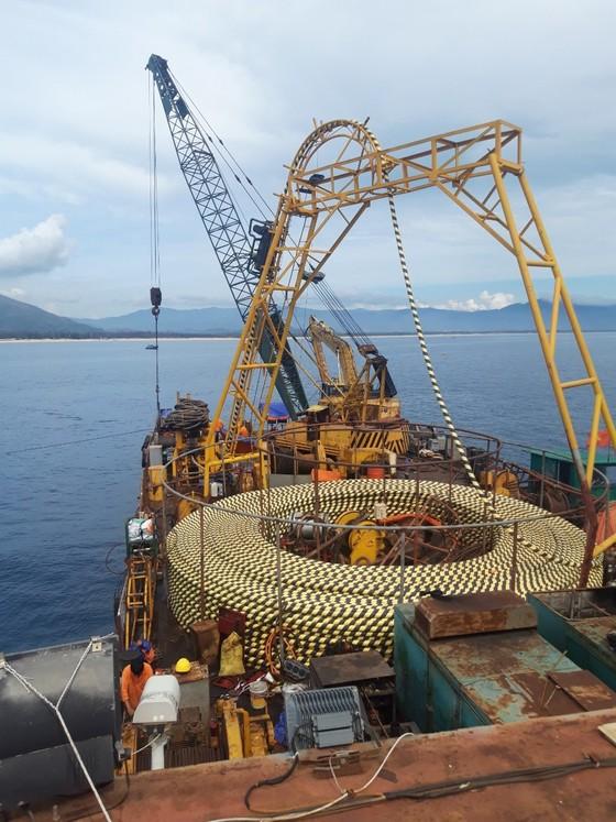 Đóng điện thành công tuyến cáp ngầm xuyên biển ra đảo Nhơn Châu ảnh 2