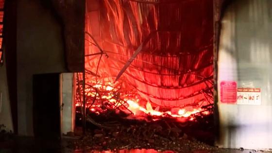 Khu xưởng hơn 28.000 m2 bốc cháy ngùn ngụt trong đêm ảnh 5