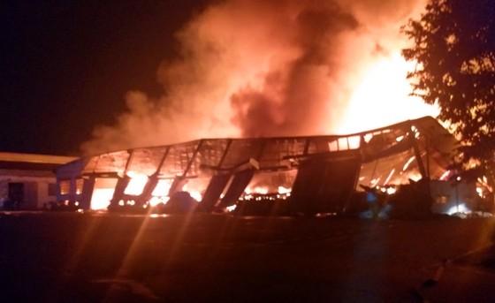 Khu xưởng hơn 28.000 m2 bốc cháy ngùn ngụt trong đêm ảnh 4