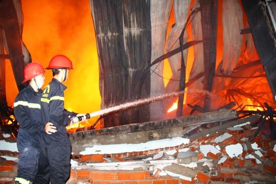 Khu xưởng hơn 28.000 m2 bốc cháy ngùn ngụt trong đêm ảnh 1