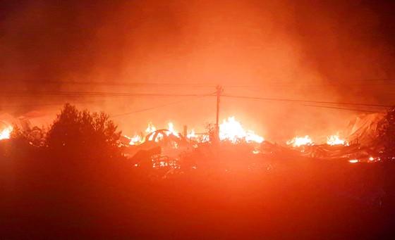 Khu xưởng hơn 28.000 m2 bốc cháy ngùn ngụt trong đêm ảnh 2