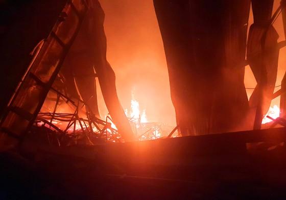 Khu xưởng hơn 28.000 m2 bốc cháy ngùn ngụt trong đêm ảnh 6