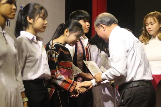 Trao học bổng Vallet cho học sinh, sinh viên Bình Định, Phú Yên và Gia Lai ảnh 7