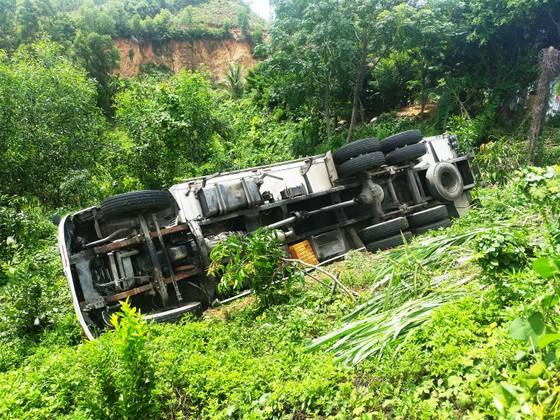 Xe tải bất ngờ lao xuống đèo cán chết tài xế ảnh 1