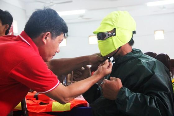 Tặng 500 bộ áo phao, phao cứu sinh cho ngư dân Phú Yên đi biển ảnh 4