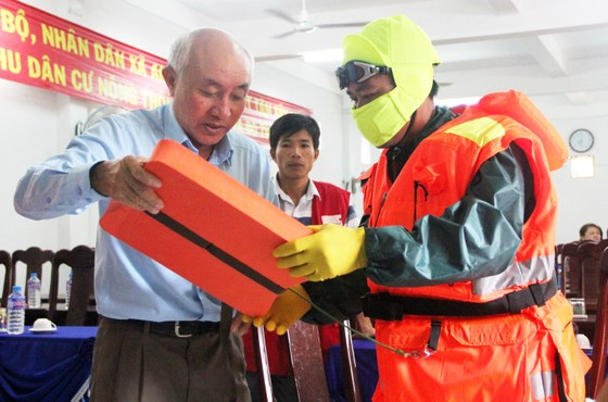 Tặng 500 bộ áo phao, phao cứu sinh cho ngư dân Phú Yên đi biển ảnh 1