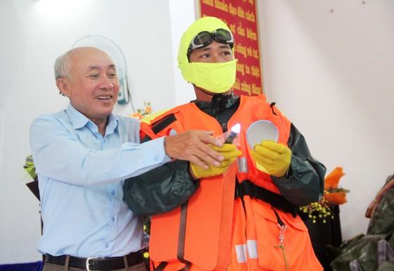 Tặng 500 bộ áo phao, phao cứu sinh cho ngư dân Phú Yên đi biển ảnh 5